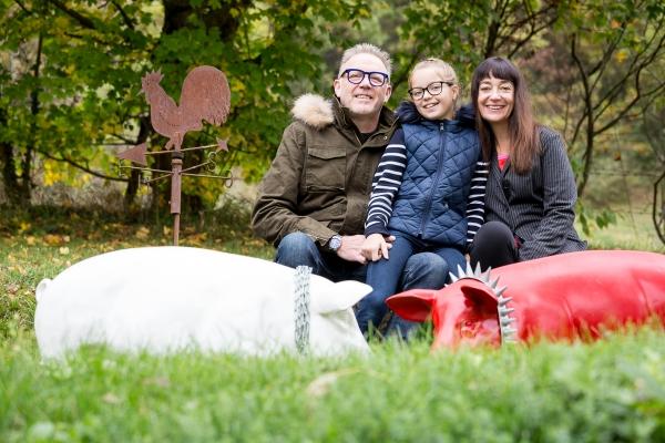 Portrait-famille-extérieur-jardin-séance-photo-à-domicile