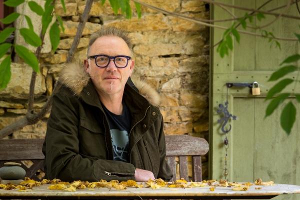 Portrait-homme-extérieur-jardin-séance-photo-à-domicile